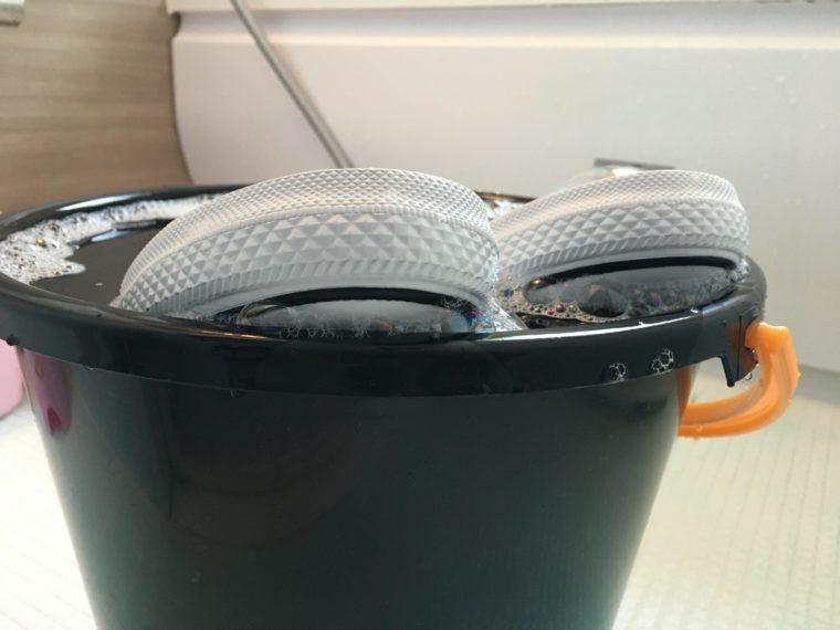 脱色コンバース|ハイター水につける