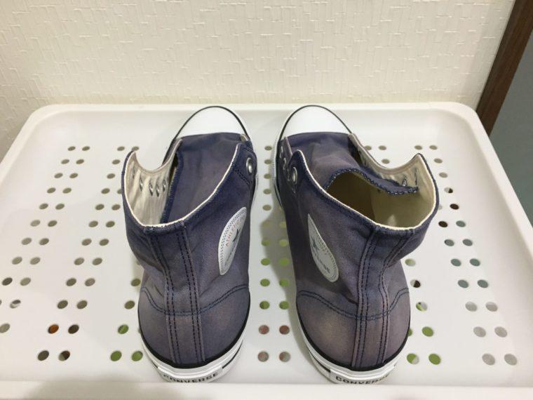 脱色コンバース|紺色から薄い青色に変化したスニーカーの写真